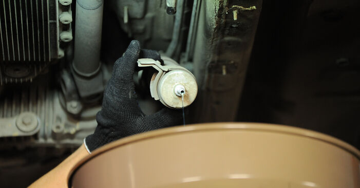 Wie BMW X3 3.0 sd 2007 Kraftstofffilter ausbauen - Einfach zu verstehende Anleitungen online