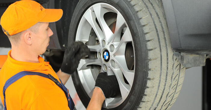 Как се сменя Пружинно окачване на BMW X3 (E83) 3.0 i xDrive 2006 самостоятелно