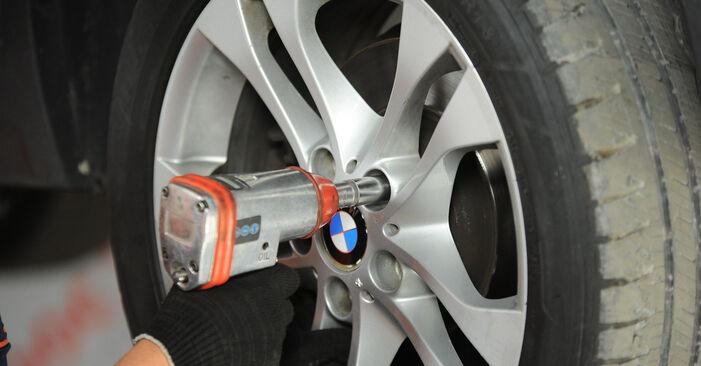 BMW X3 E83 3.0 d 2005 Kerékcsapágy cseréje: ingyenes szervizelési útmutatók