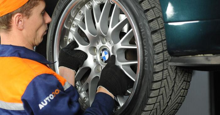 Mennyire nehéz önállóan elvégezni: BMW E39 525i 2.5 2001 Féknyereg cseréje - töltse le az ábrákat tartalmazó útmutatót