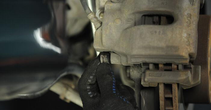 BMW 5 SERIES 2002 Féknyereg lépésről lépésre csere útmutató