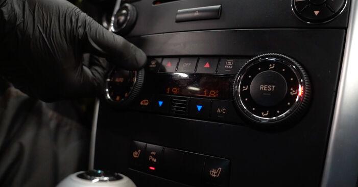 Schritt-für-Schritt-Anleitung zum selbstständigen Wechsel von Mercedes W168 2002 A 190 1.9 (168.032, 168.132) Innenraumfilter