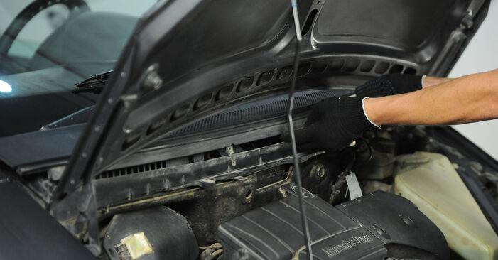 Innenraumfilter Mercedes W168 A 160 1.6 (168.033, 168.133) 1999 wechseln: Kostenlose Reparaturhandbücher