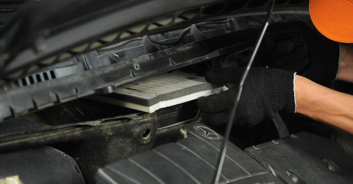 Innenraumfilter am MERCEDES-BENZ A-Klasse (W168) A 140 1.6 (168.031, 168.131) 2002 wechseln – Laden Sie sich PDF-Handbücher und Videoanleitungen herunter