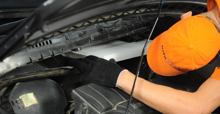 Wie schwer ist es, selbst zu reparieren: Innenraumfilter Mercedes W168 A 160 CDI 1.7 (168.006) 2003 Tausch - Downloaden Sie sich illustrierte Anleitungen