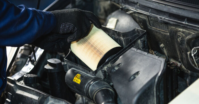 Luftfilter am MERCEDES-BENZ A-Klasse (W168) A 140 1.6 (168.031, 168.131) 2002 wechseln – Laden Sie sich PDF-Handbücher und Videoanleitungen herunter