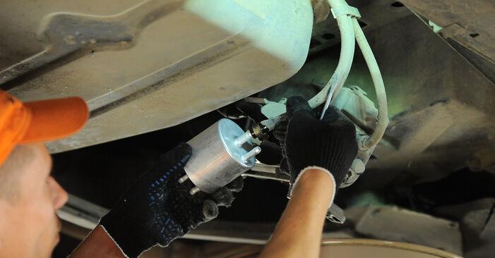 Austauschen Anleitung Kraftstofffilter am Mercedes W168 1999 A 140 1.4 (168.031, 168.131) selbst