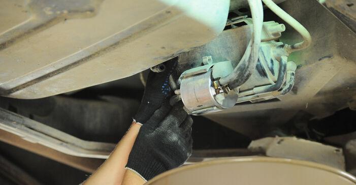 Schritt-für-Schritt-Anleitung zum selbstständigen Wechsel von Mercedes W168 2002 A 190 1.9 (168.032, 168.132) Kraftstofffilter