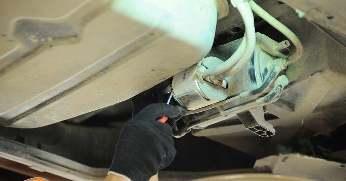 Wie schwer ist es, selbst zu reparieren: Kraftstofffilter Mercedes W168 A 160 CDI 1.7 (168.006) 2003 Tausch - Downloaden Sie sich illustrierte Anleitungen