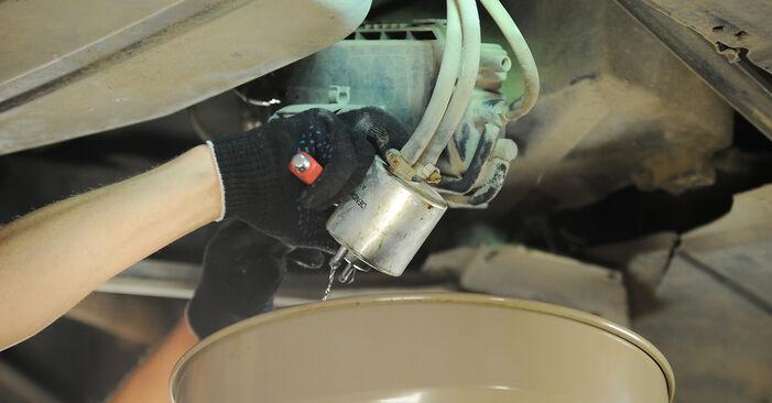 Kraftstofffilter beim MERCEDES-BENZ A-CLASS A 210 2.1 (168.035, 168.135) 2004 selber erneuern - DIY-Manual