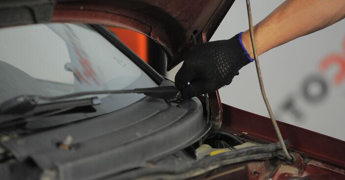 Wie man OPEL Corsa B Schrägheck (S93) 1.0 i 12V (F08, F68, M68) 1994 Innenraumfilter austauscht - Schrittweise Handbücher und Videowegleitungen