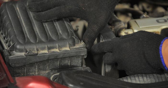 Austauschen Anleitung Luftfilter am Opel Corsa S93 1993 1.0 i 12V (F08, F68, M68) selbst