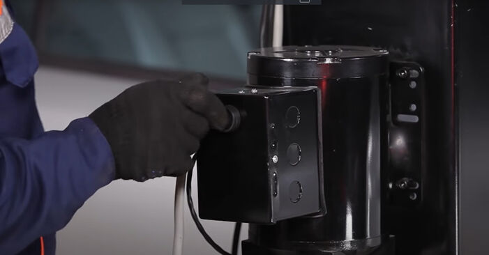 Kraftstofffilter beim OPEL CORSA 1.5 D (F08, F68, M68) 2000 selber erneuern - DIY-Manual