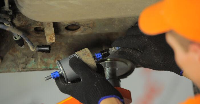 Wie OPEL CORSA 1.5 TD (F08, F68, M68) 1997 Kraftstofffilter ausbauen - Einfach zu verstehende Anleitungen online
