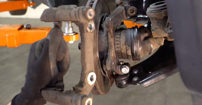 Slik bytter du OPEL Corsa B Hatchback (S93) 1.0 i 12V (F08, F68, M68) 1994 Bremseskiver selv – trinn-for-trinn veiledninger og videoer