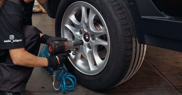 Wie schwer ist es, selbst zu reparieren: Bremsscheiben BMW X3 E83 2.0 i 2009 Tausch - Downloaden Sie sich illustrierte Anleitungen