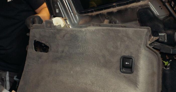 Så tar du bort BMW X3 3.0 sd 2007 Stötdämpare – instruktioner som är enkla att följa online