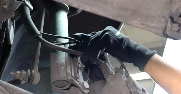 Bremsbeläge am MERCEDES-BENZ A-Klasse (W168) A 140 1.6 (168.031, 168.131) 2002 wechseln – Laden Sie sich PDF-Handbücher und Videoanleitungen herunter