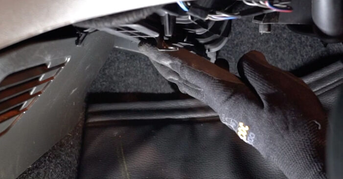 How to replace Pollen Filter on FIAT PUNTO (188) 2004: download PDF manuals and video instructions