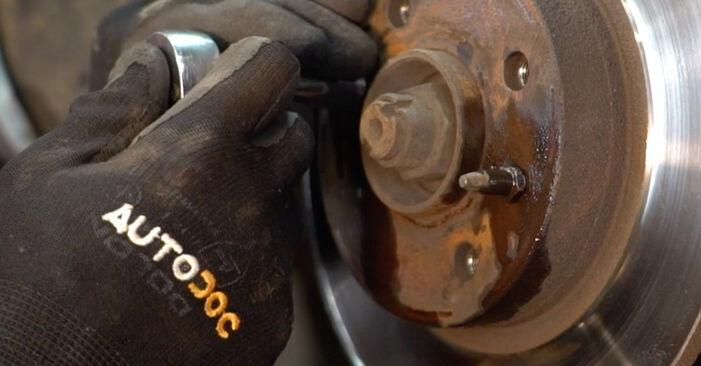 Sostituendo Dischi Freno su Fiat Punto 188 2009 1.2 60 da solo