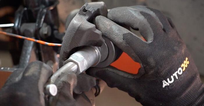 Steg-för-steg-rekommendationer för att byta Fiat Punto 188 2012 1.9 JTD Bromsbelägg på egen hand