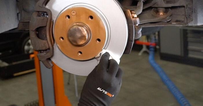Mudar Rolamento da Roda no Mercedes W168 1997 não será um problema se você seguir este guia ilustrado passo a passo