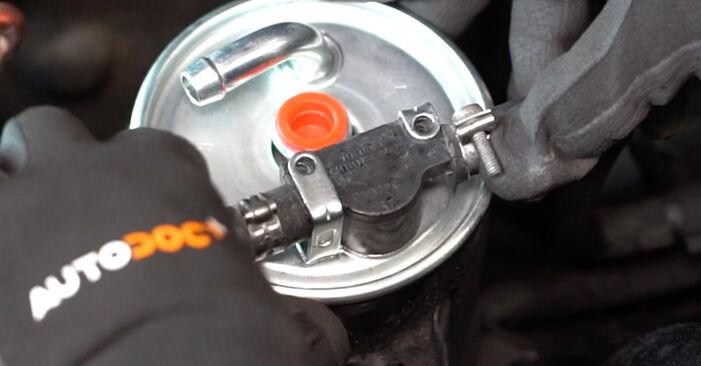 Substituindo Filtro de Combustível em Mercedes W168 1999 A 140 1.4 (168.031, 168.131) por si mesmo