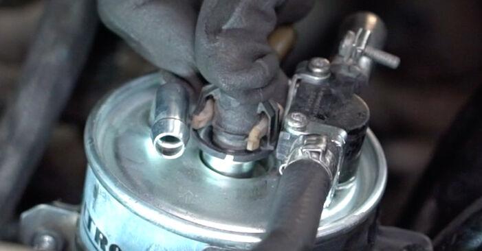 Recomendações passo a passo para a substituição de Mercedes W168 2002 A 190 1.9 (168.032, 168.132) Filtro de Combustível por si mesmo