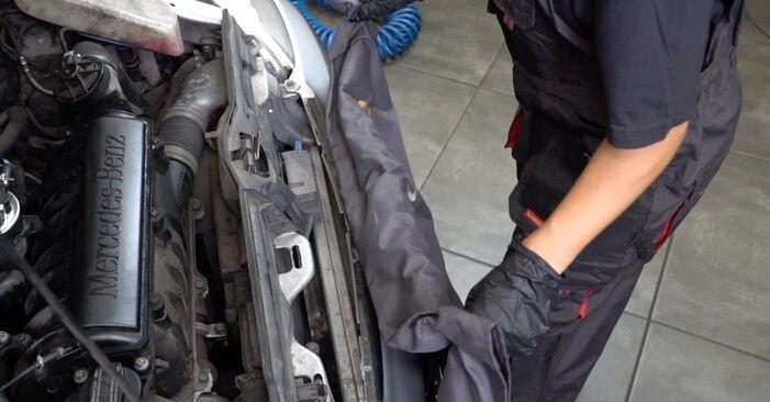 Como remover MERCEDES-BENZ A-CLASS A 190 1.9 (168.032, 168.132) 2001 Filtro de Combustível - instruções online fáceis de seguir
