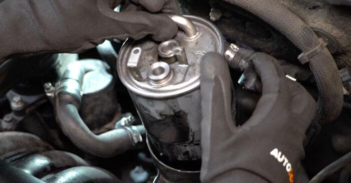 Mudar Filtro de Combustível no Mercedes W168 1997 não será um problema se você seguir este guia ilustrado passo a passo