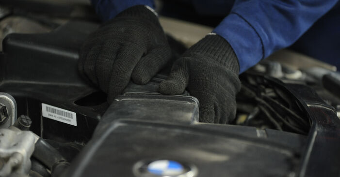Wie Luftfilter BMW E90 320d 2.0 2006 tauschen - Kostenlose PDF- und Videoanleitungen