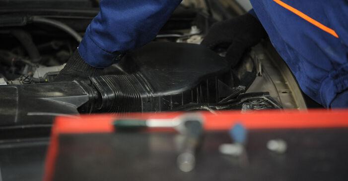 Luftfilter beim BMW 3 SERIES 320d 2.0 2007 selber erneuern - DIY-Manual