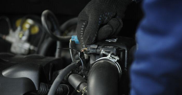 Wechseln Sie Luftfilter beim Toyota Yaris p1 2002 1.0 (SCP10_) selber aus
