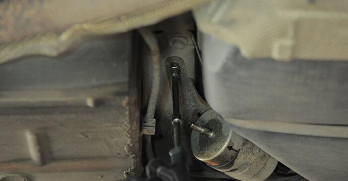 Wie FORD MONDEO 2.2 TDCi 2004 Kraftstofffilter ausbauen - Einfach zu verstehende Anleitungen online