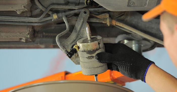 Kraftstofffilter am FORD MONDEO III Kombi (BWY) 2.5 V6 24V 2005 wechseln – Laden Sie sich PDF-Handbücher und Videoanleitungen herunter