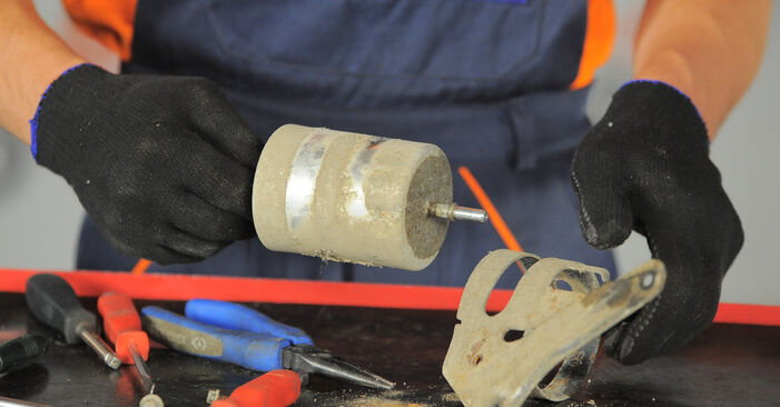 Kraftstofffilter beim FORD MONDEO 2.0 16V DI / TDDi / TDCi 2007 selber erneuern - DIY-Manual