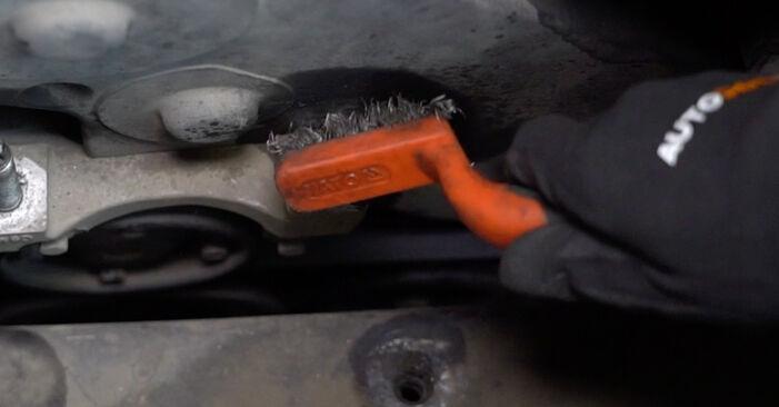 Udskiftning af Motorophæng på Ford Focus DAW 1998 1.6 16V ved gør-det-selv indsats