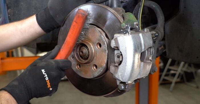 Tausch Tutorial Bremsschläuche am VW Golf IV Schrägheck (1J1) 2000 wechselt - Tipps und Tricks