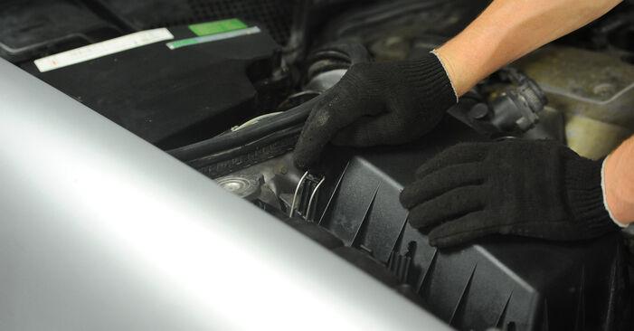 Jak trudno jest to zrobić samemu: wymień Filtr powietrza w Mercedes W210 E 240 2.4 (210.061) 2001 - pobierz ilustrowany przewodnik