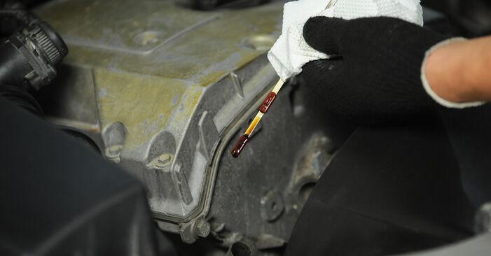 Ölfilter am MERCEDES-BENZ E-Klasse Limousine (W210) E 270 CDI 2.7 (210.016) 2000 wechseln – Laden Sie sich PDF-Handbücher und Videoanleitungen herunter