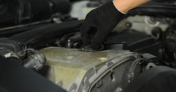 Wie schwer ist es, selbst zu reparieren: Ölfilter Mercedes W210 E 240 2.4 (210.061) 2001 Tausch - Downloaden Sie sich illustrierte Anleitungen