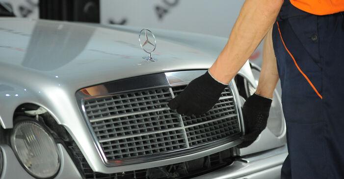 MERCEDES-BENZ E-CLASS E 220 D 2.2 (210.004) Ölfilter ausbauen: Anweisungen und Video-Tutorials online