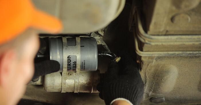 MERCEDES-BENZ E-CLASS E 220 D 2.2 (210.004) Kraftstofffilter ausbauen: Anweisungen und Video-Tutorials online