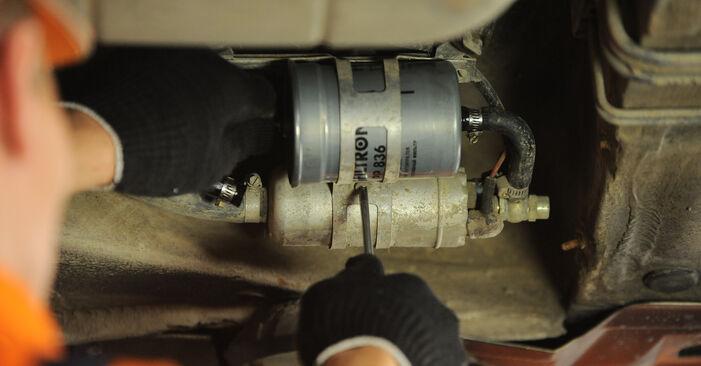 Austauschen Anleitung Kraftstofffilter am Mercedes W210 1996 E 300 3.0 Turbo Diesel (210.025) selbst