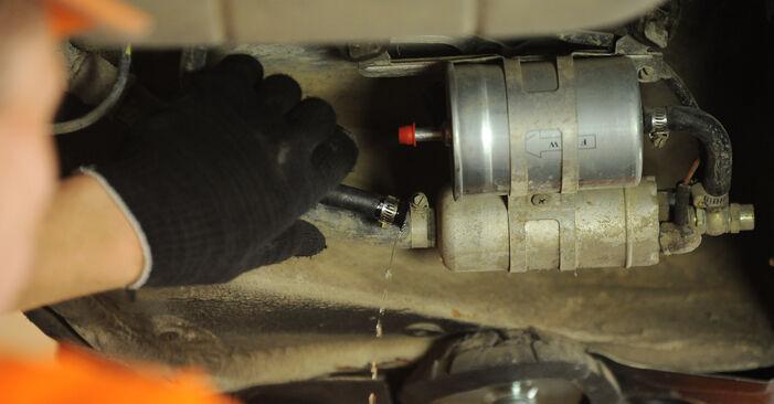 Wie schwer ist es, selbst zu reparieren: Kraftstofffilter Mercedes W210 E 240 2.4 (210.061) 2001 Tausch - Downloaden Sie sich illustrierte Anleitungen