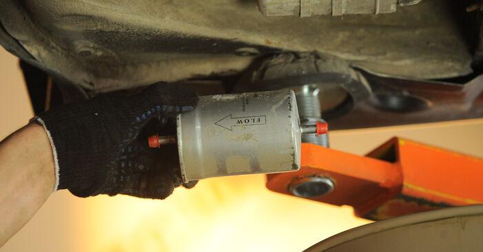 Kraftstofffilter beim MERCEDES-BENZ E-CLASS E 200 CDI 2.2 (210.007) 2002 selber erneuern - DIY-Manual