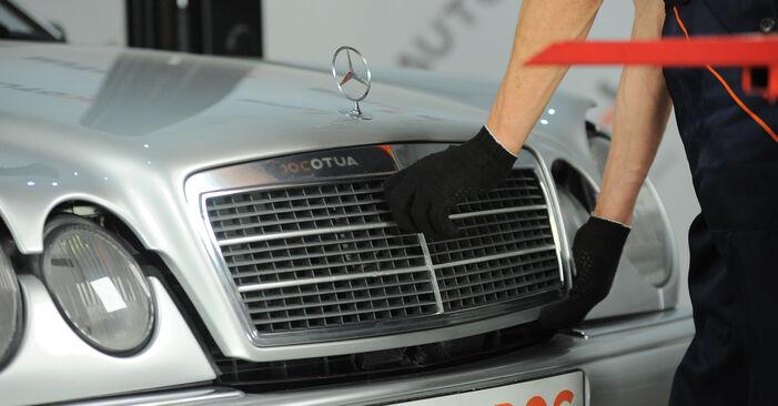 Wie man Bremsbeläge am Mercedes W210 1995 ersetzt - Kostenfreie PDF- und Videotipps