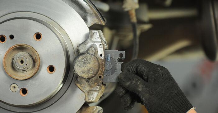 MERCEDES-BENZ E-CLASS E 230 2.3 (210.037) Bremsbeläge ersetzen: Tutorials und Video-Wegleitungen online