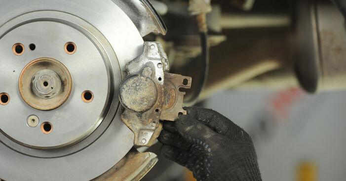 Wie lange braucht der Teilewechsel: Bremsbeläge am Mercedes W210 2003 - Einlässliche PDF-Wegleitung