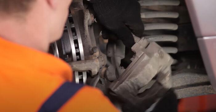 Как да сменим MERCEDES-BENZ E-класа Седан (W210) E 300 3.0 Turbo Diesel (210.025) 1996 Спирачен апарат - стъпка по стъпка инструкции и видео ръководства